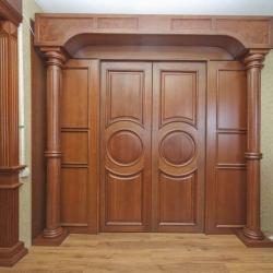 Варианты декорирования дверных проемов точеными колоннами