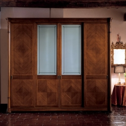 Вариант декорирования шкафа боковыми точеными колоннами