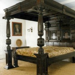 Резные колонны при декорировании спальни