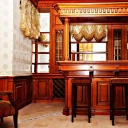 Колонна точеная фрезерованная из массива ольхи в интерьере барной зоны помещения